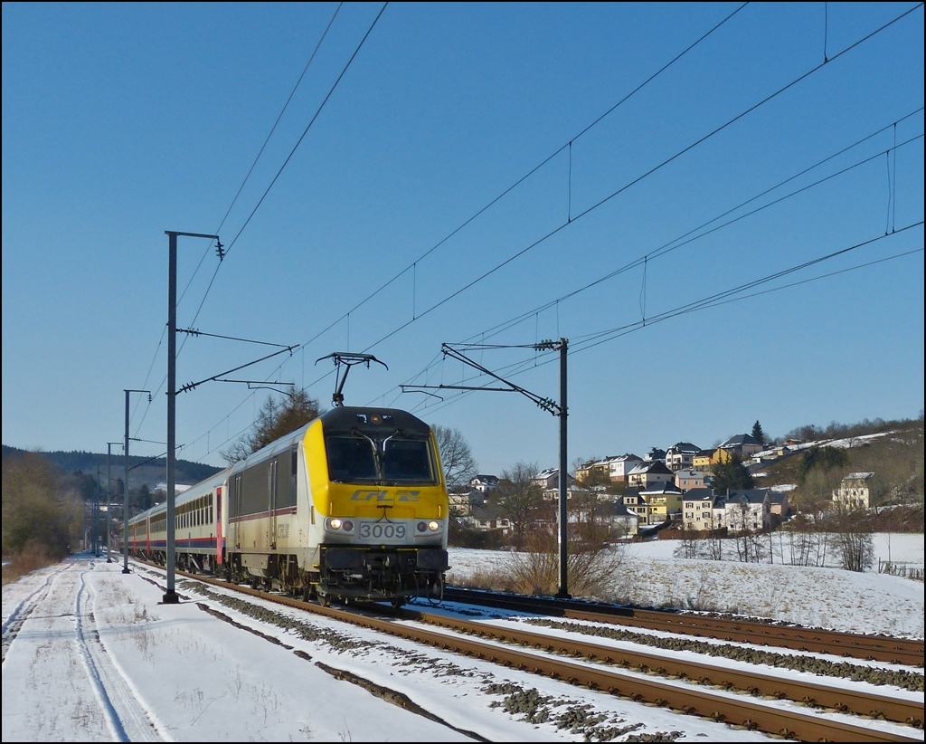 . 3009 is hauling the IR 117 Liers - Luxembourg City through Wilwerwiltz on March 13th, 2013.