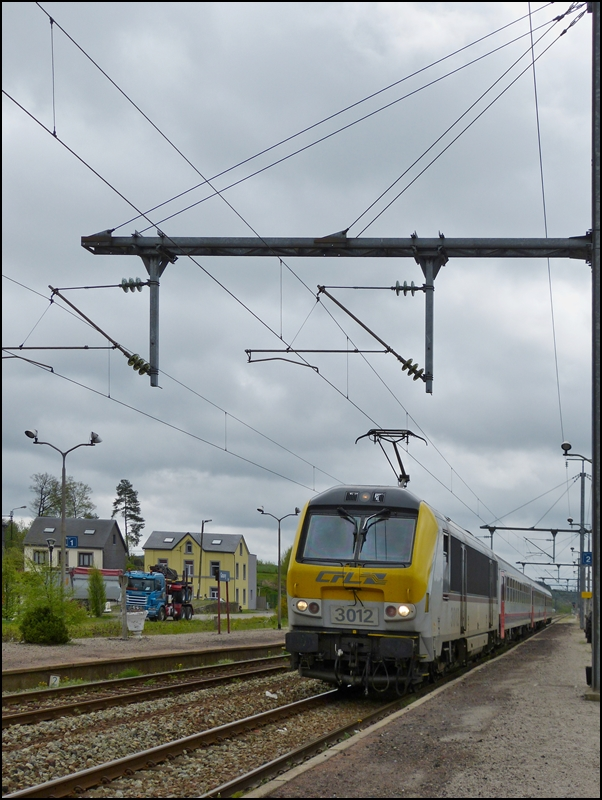 . 3012 is hauling the IR 112 Liers - Luxembourg City into the station of Gouvy on May 10th, 2012.