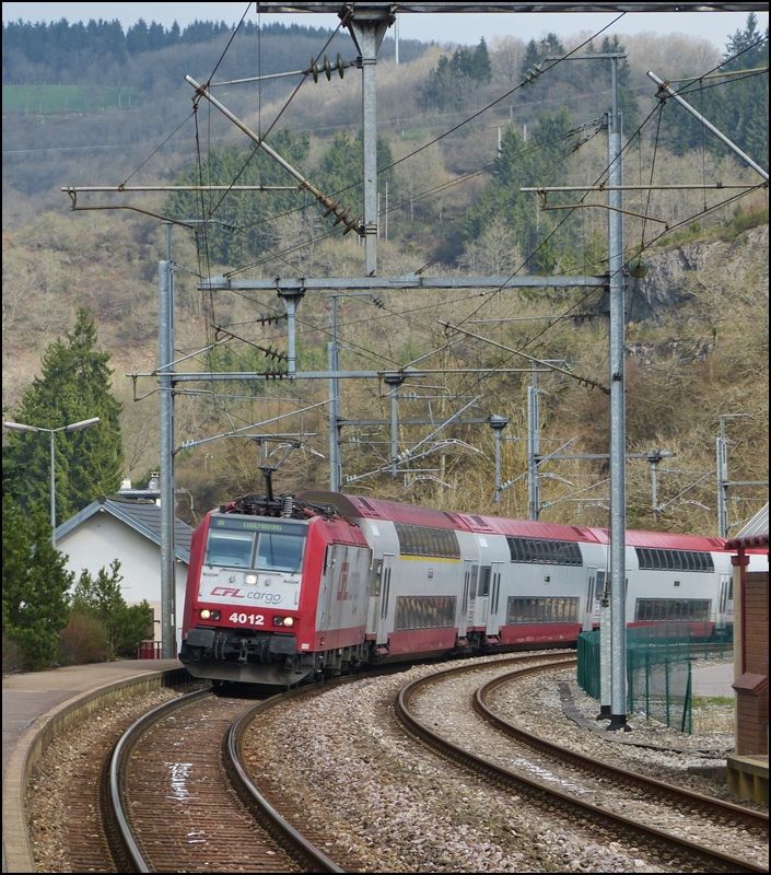 . 4012 is hauling the IR 3735 Troisvierges - Luxembourg City into the station of Kautenbach on April 20th, 2013.
