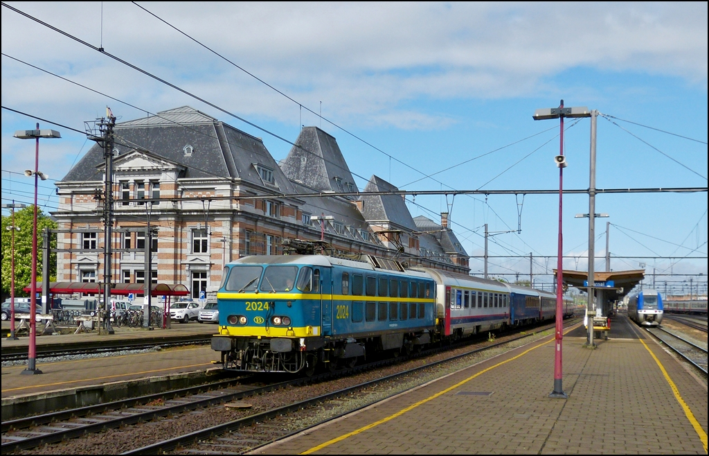 . HLE 2024 with the special train  Adieu Série 20  pictured in Tournai on May 11th, 2013.