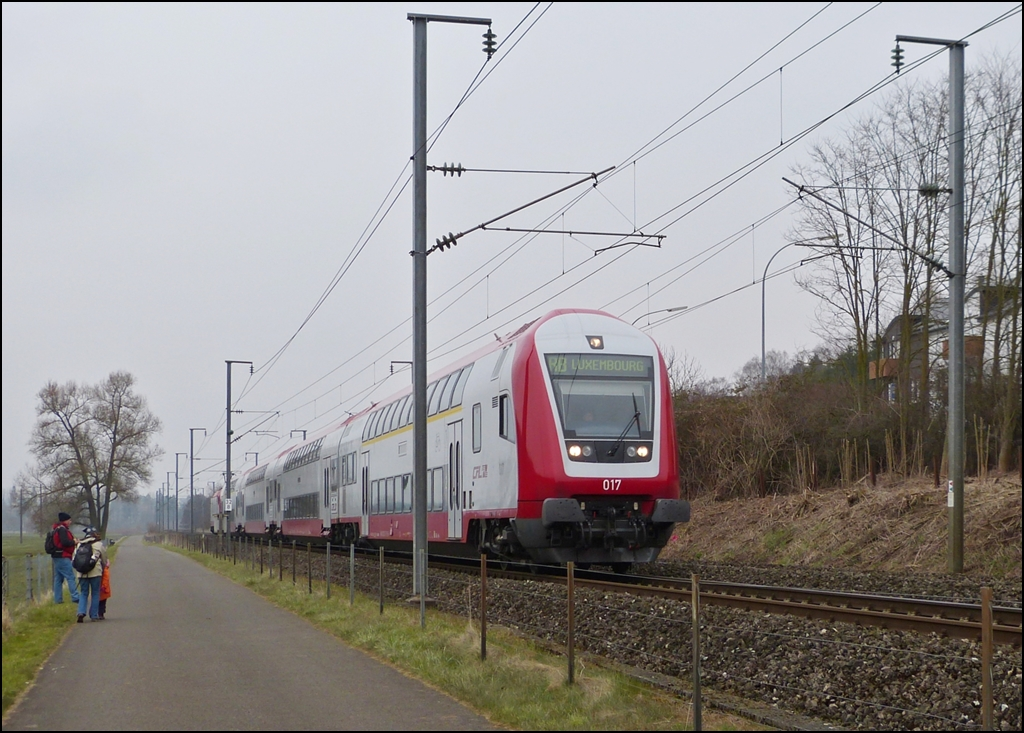 . The RB 3241 Wiltz - Luxembourg City is running between Mersch and Lintgen on April 8th, 2013.