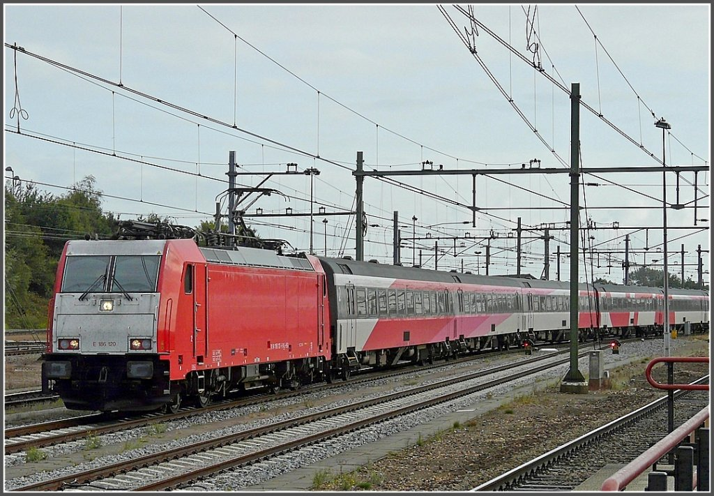 . The TRAXX E 186 120 with IC Amsterdam-Brussels is enterting into the station of Roosendaal on September 5th, 2009. These engines will replace the Série 11 on the relation between Brussels and Amsterdam.
