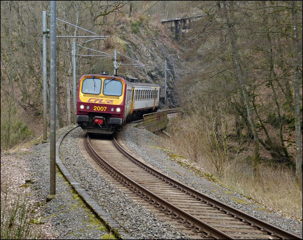 . Z 2007 as RE 3362 Kautenbach - Wiltz is running over the Wiltz bridge near the stop Paradiso on March 8th, 2013.