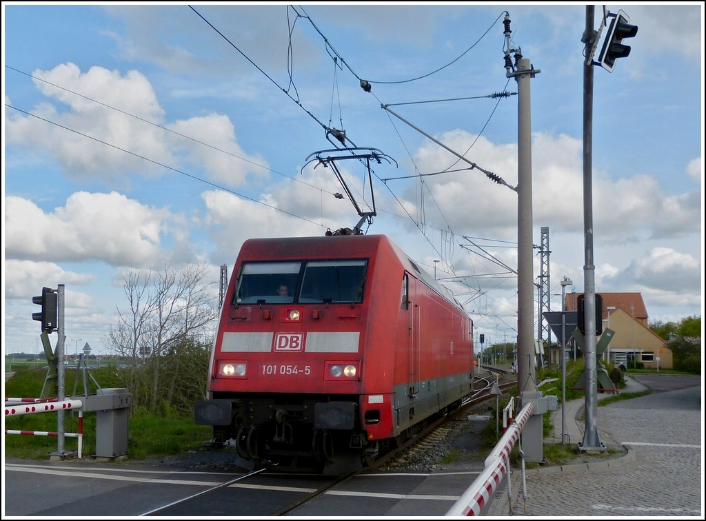 101 054-5 is running between Norddeich and Norddeich Mole on May 5th, 2012.