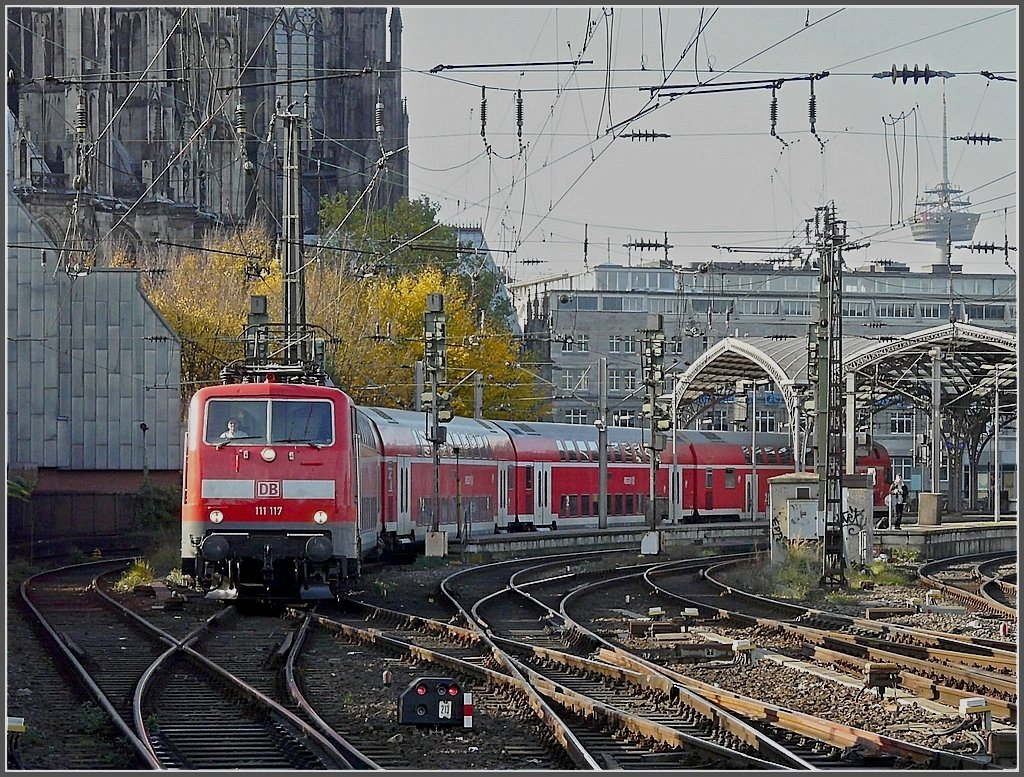 111 117 with bilevel cars is leaving the main station of Cologne on November 8th, 2008.