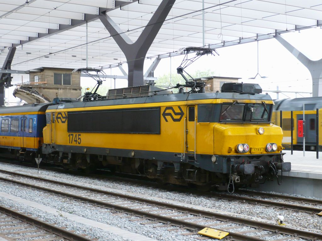 1745 with an Intercity train from The Hague to Venlo. Track 3 Rotterdam Centraal Station 24-08-2011.