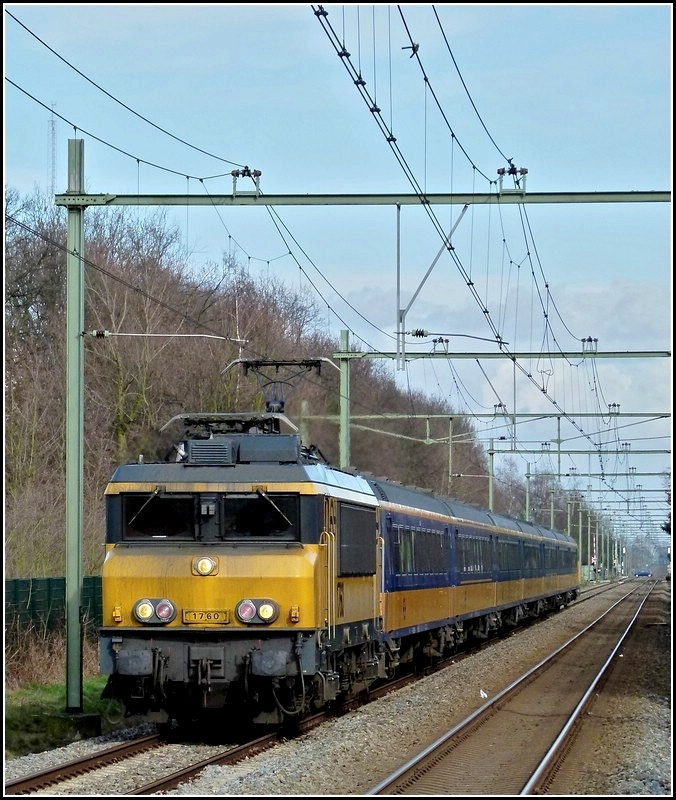 1760 is arriving with IC Zwolle - Roosendaal in Etten-Leur on March 9th, 2011.