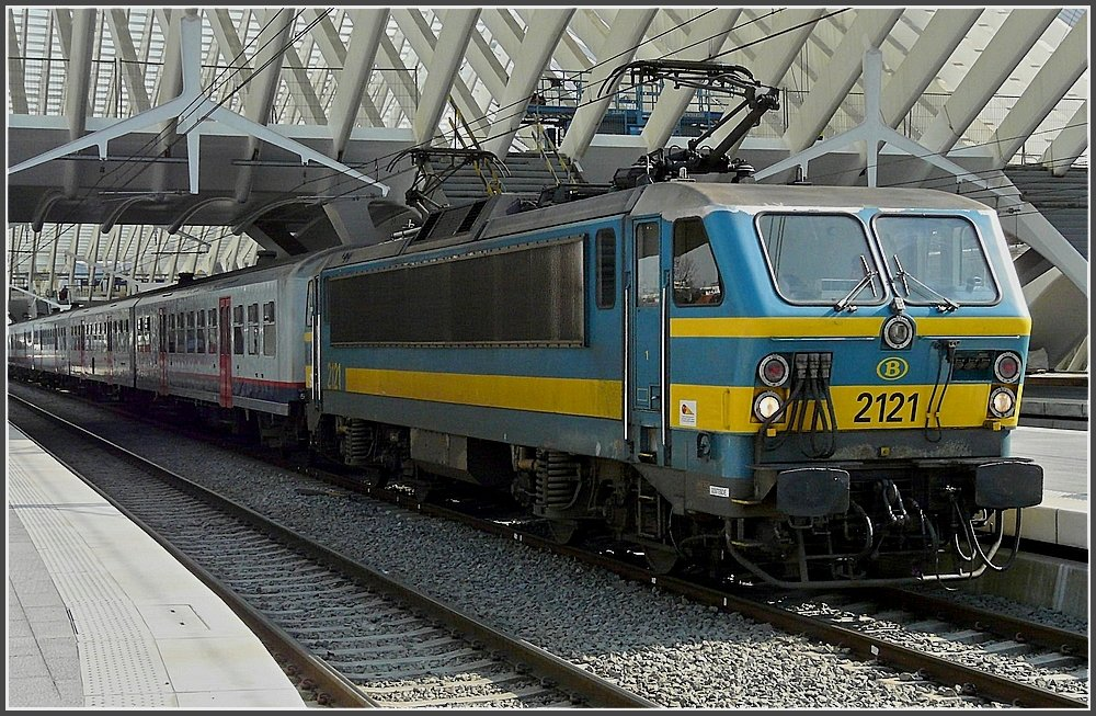 2121 with M 4 wagons is leaving the station Liège Guillemins on March 30th, 2009.