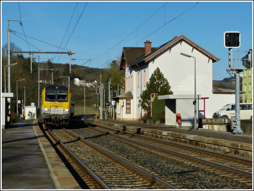 3003 is hauling the IR 113 Liers - Luxembourg City into the station of Wilwerwiltz on January 16th, 2012.