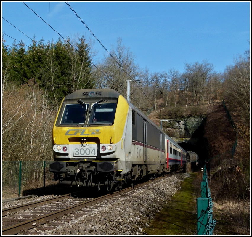3004 is hauling the IR 113 Liers - Luxembourg City between the tunnels Bierden and Kautenbach on March 9th, 2012.
