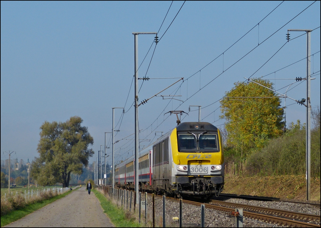 3006 is hauling the IR 115 Liers - Luxembourg through the Alzette valley between Mersch and Lintgen on October 25th, 2012.