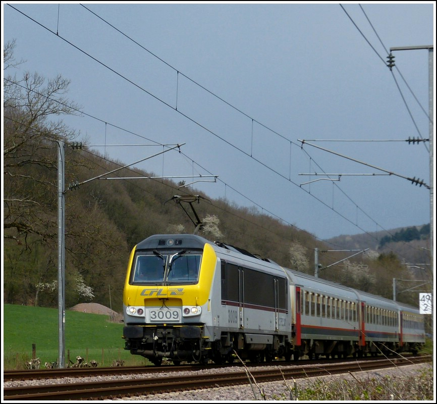 3009 is hauling the IR 115 Liers - Luxembourg City through Erpeldange/Ettelbrück on April 14th, 2012.