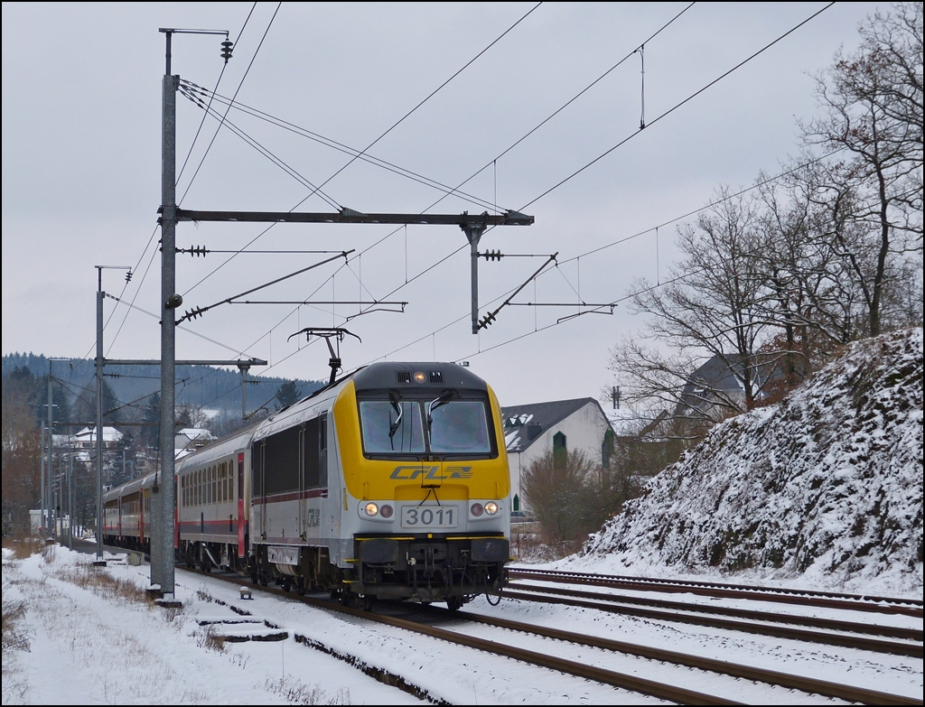 3011 is hauling the IR 117 Liers - Luxemmbourg City out of the station of Wilwerwiltz on January 18th, 2013.