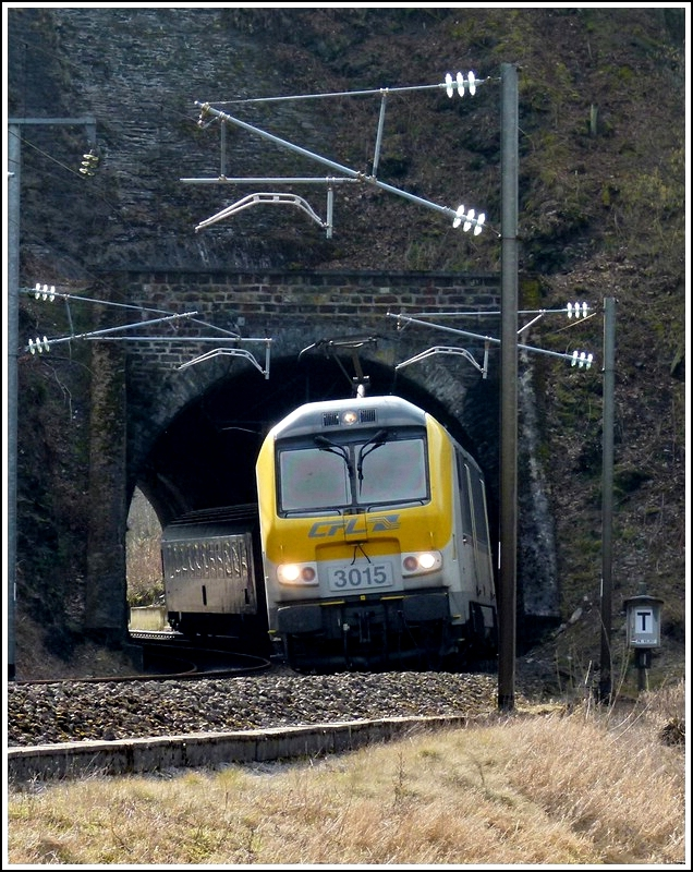 3015 is hauling the IR 112 Luxembourg City - Liers out of the tunnel Kirchberg in Kautenbach on March 9th, 2012.