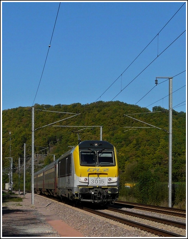 3015 is hauling the IR 117 Liers - Luxembourg City through Erpeldange/Ettelbrück on October 15th, 2011.