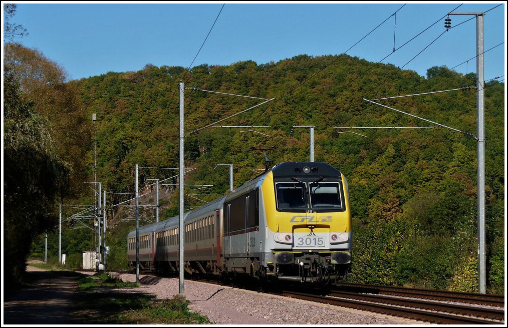 3015 is heading the IR 117 Liers - Luxembourg City near Erpeldange/Ettelbrück on October 15th, 2011.