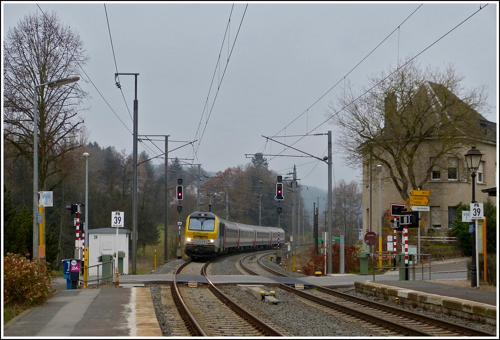 3017 with the IR 111 Liers - Luxembourg City is arriving in Wilwerwiltz on November 8th, 2011.