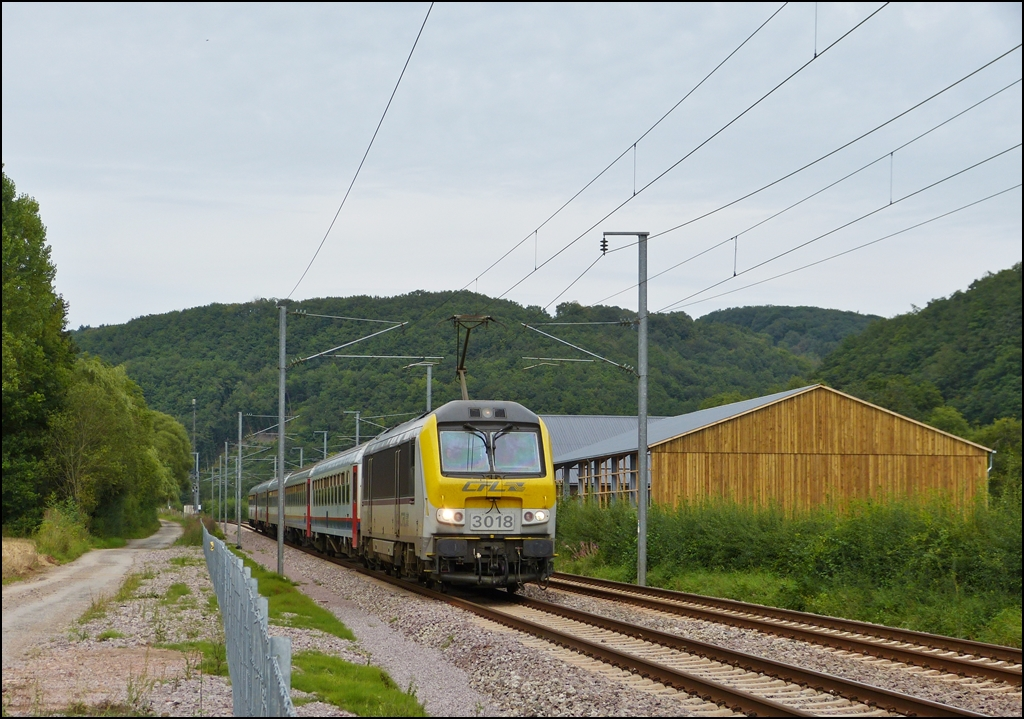 3018 is hauling the IR 117 Liers - Luxembourg City through Erpeldange/Ettelbrück on August 24th, 2012.