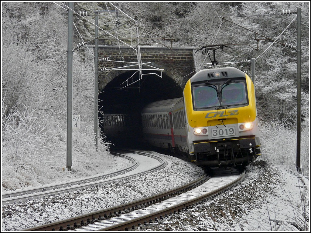 3019 is hauling the IR 114 Luxembourg City - Liers out of the tunnel Kirchberg in Kautenbach on Christmas day 2007.