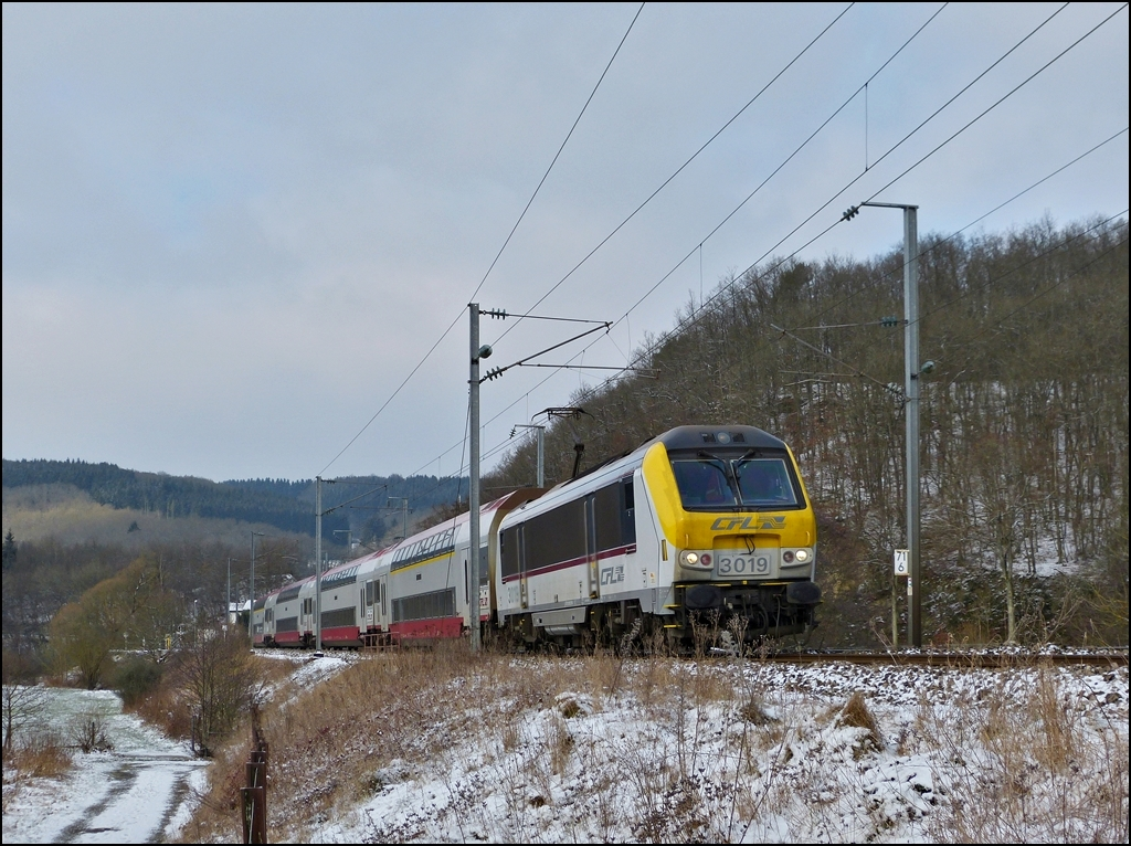 3019 is hauling the IR 3737 Troisvierges- Luxembourg City through Drauffelt on January 14th, 2012.