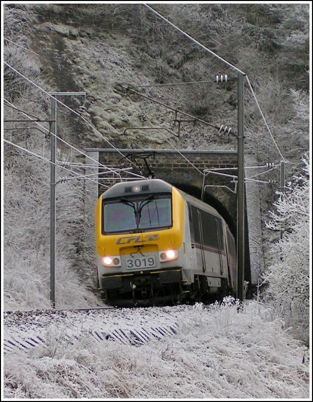 3019 is leaving the tunnel Kirchberg near Kautenbach on December 25th, 2007.