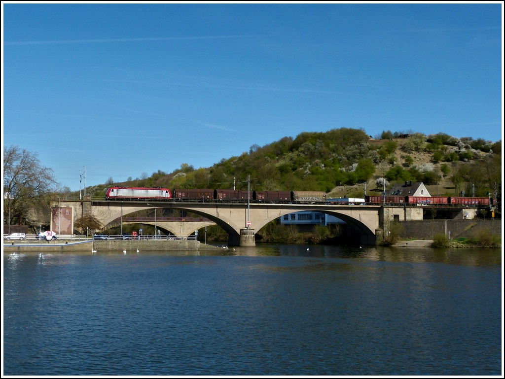 4009 is hauling a freight train from Germany to Luxembourg over the Sûre bridge in Wasserbillig on April 1st, 2012.