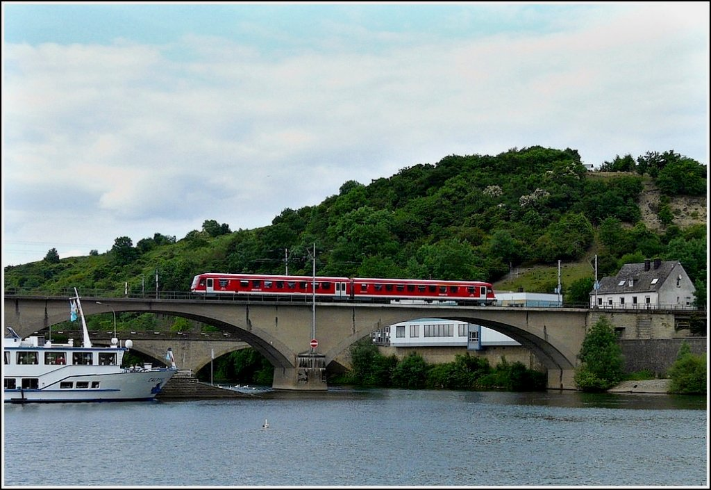 A 628 unit is crossing the Sûre bridge in Wasserbillig on its way from Trier to Luxembourg City on May 31st, 2009.
