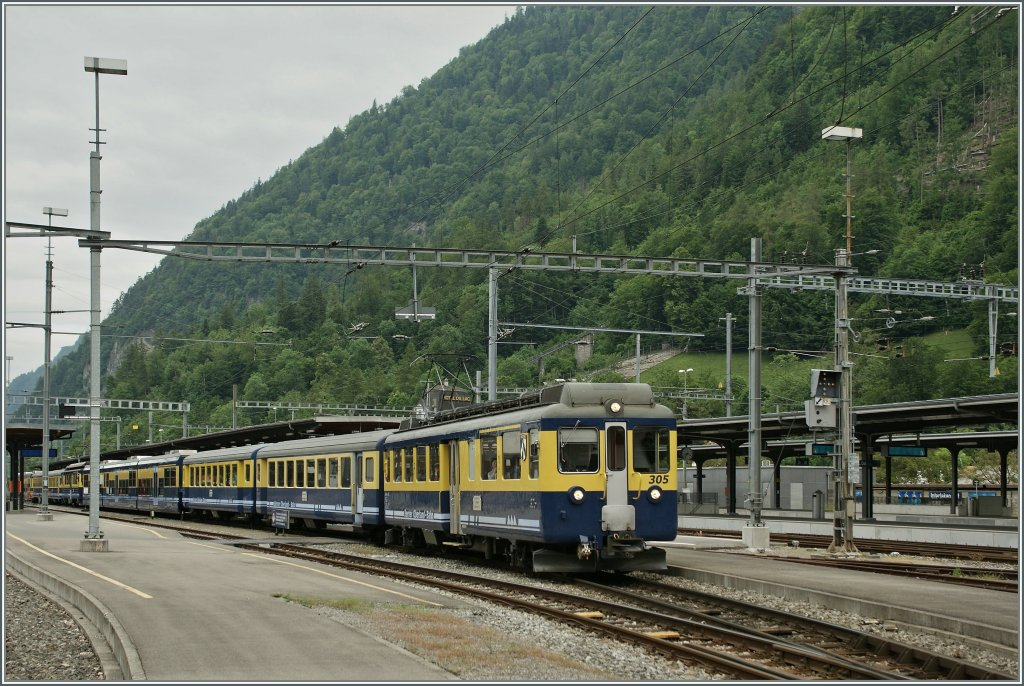 A BOB local train service to Grindelwald and Lauterbrunnen is leaving Interlaken Ost. 