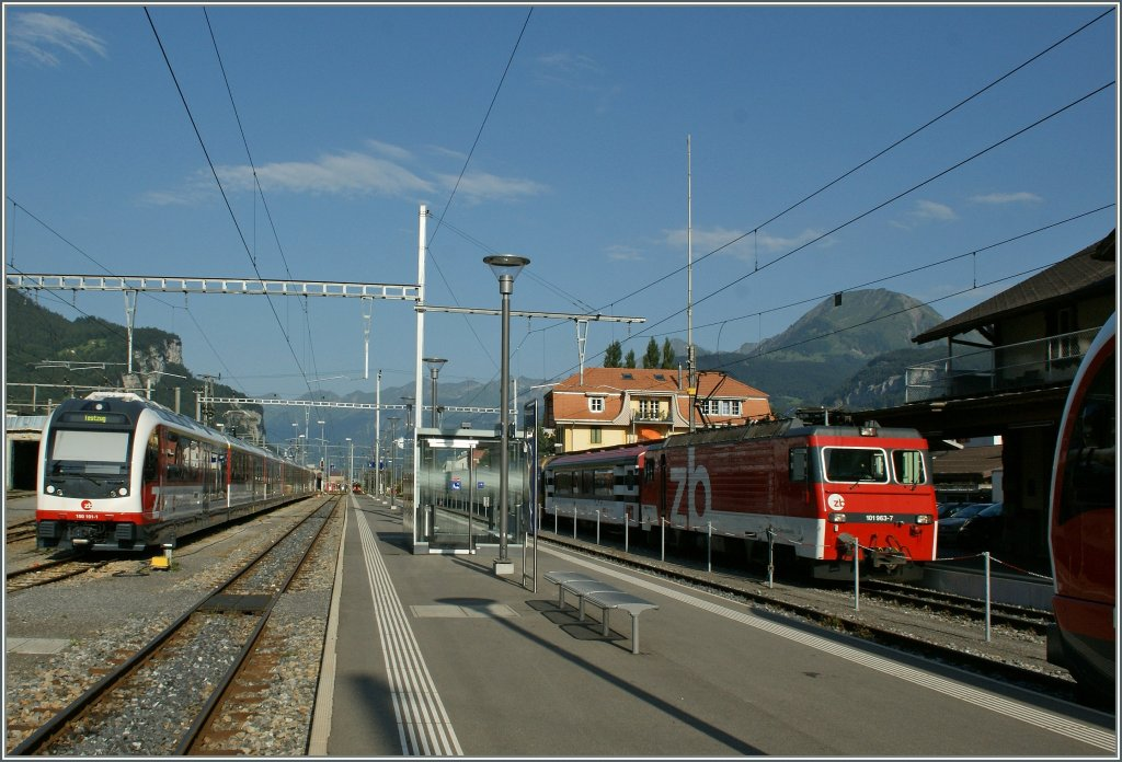 A Brünig-Railway Fast Train is arriving at Meirigen. 