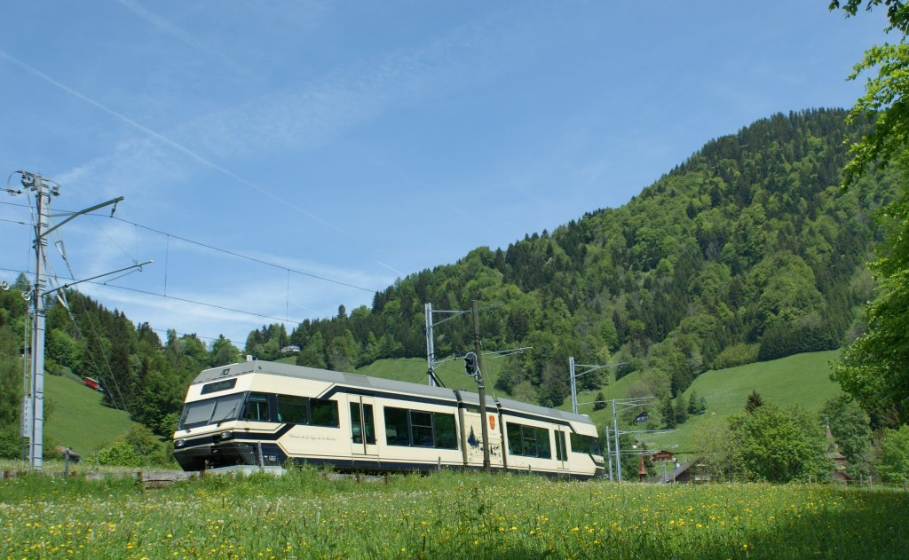 A CEV GTW 2/6 on the Golden Pass Line (MOB) by Les Avants.