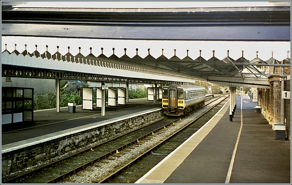 A local train in Tenby. November 2000/analog picture from CD