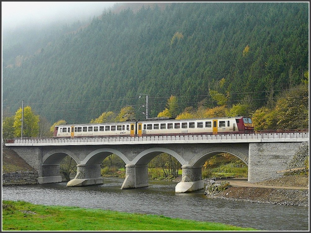 A local train to Troisvierges is crossing the Sûre bridge near Michelau on October 26th, 2008.