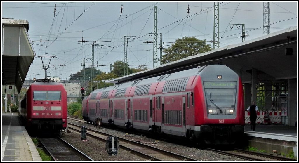 A push-pull train pictured together with an IC in Münster (Westfalen) on September 27th, 2011.