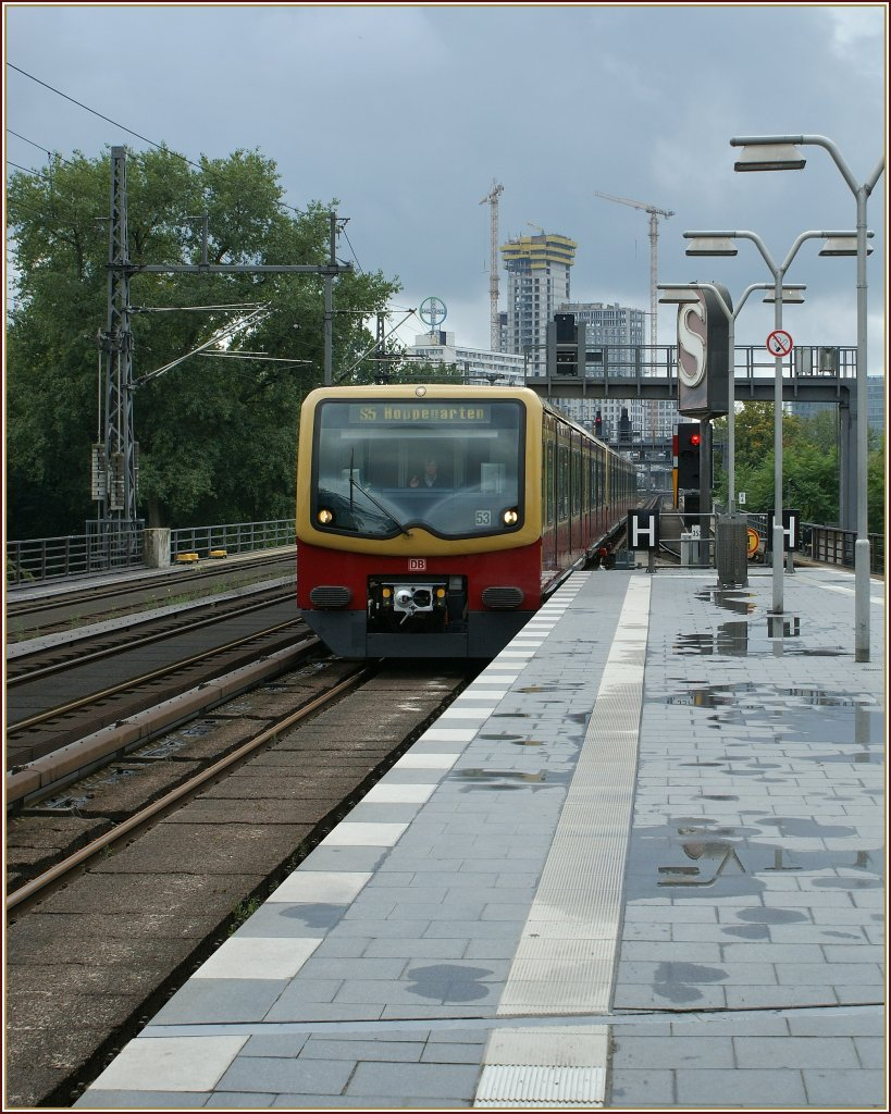 A S-Bahn is arriving in the Tiergarten Station. 