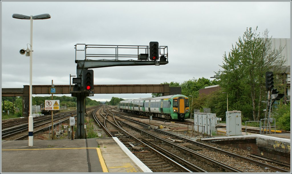 A  Southern  Class 377 is arriving at Gatwick Station. 