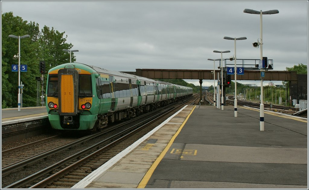 A  Southern  Class 377 on the way to toe South in Gatwick Station. 