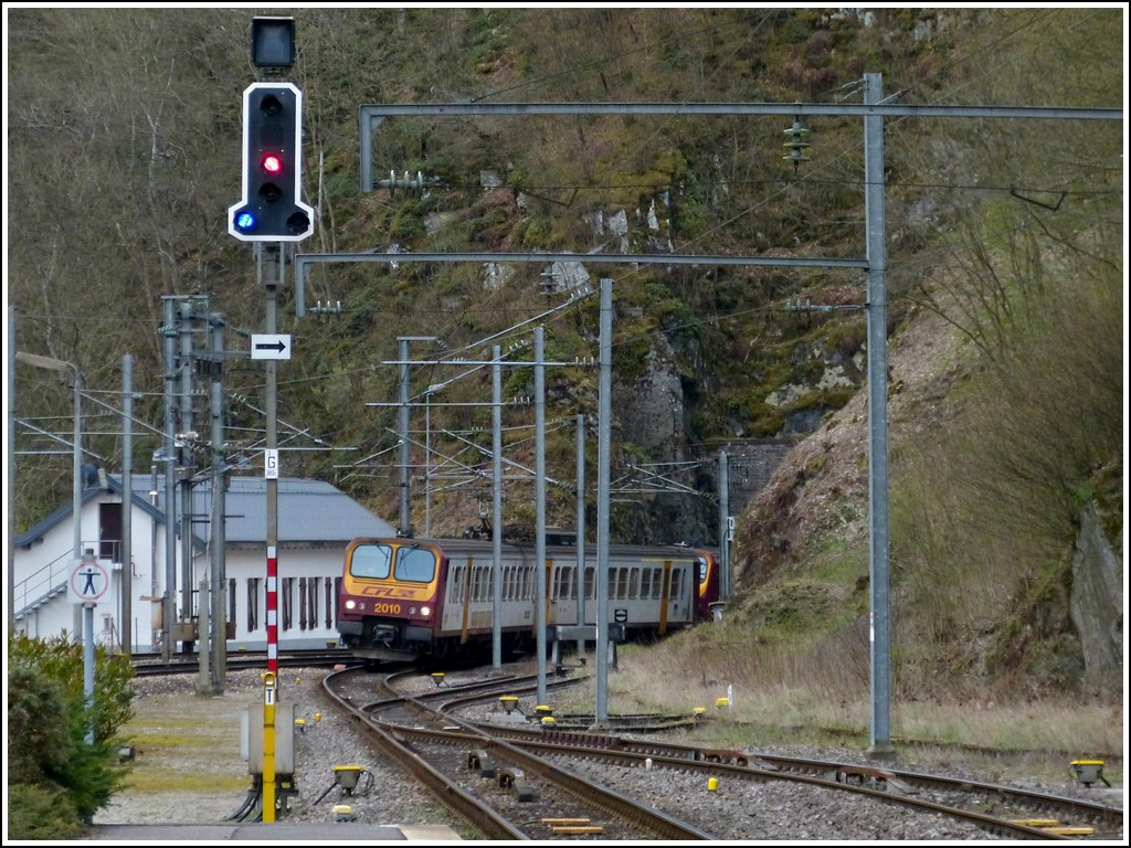 A Z 2000 double unit is leaving the tunnel Hockslay just before arriving at the station of Kautenbach on April 16th, 2012.