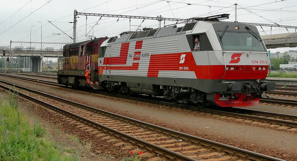 A ZSR diesel engine push the !BB 1014 011-9 to the AC part in Bratislava.