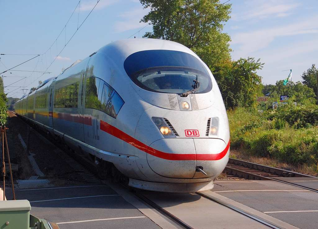 At sunday the 12th of august 2012 at the city of Haldern in the lowerrhinearea went this unknown german highspeedtrain(ICE 3)of the Class 406 to the Netherlands.
