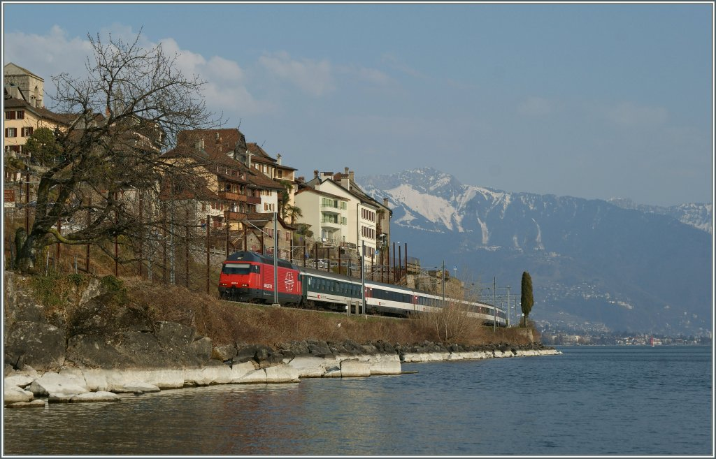 By St Saphorin, on the sea site of the Lake of Geneva runs a SBB Re 460 with his IR to Lausanne.