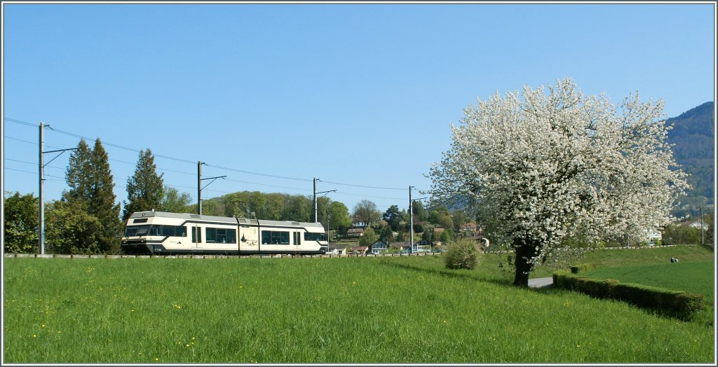 CEV GTW 2/6 on the way to Vevey by the Castle of high-city.