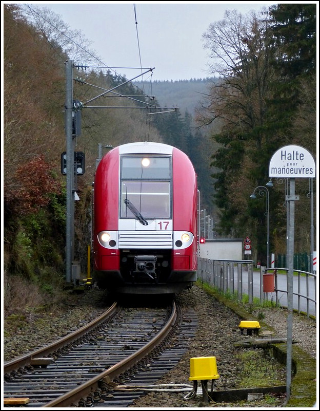 Coming from Wiltz, Z 2217 is arriving at the station of Kautenbach on December 17th, 2011.
