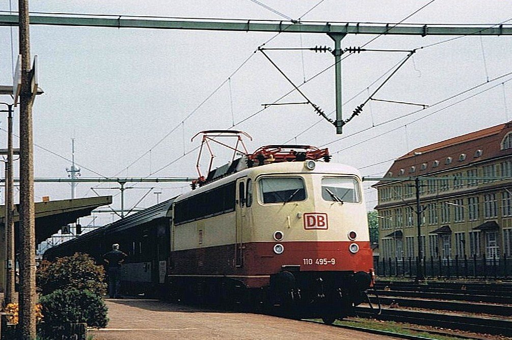 DB 110 495-9 with D 481 to Stuttgart in Singen.