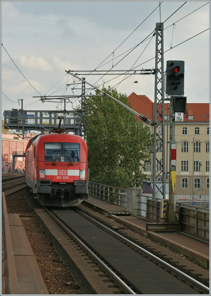 DB 182 005 is leaving the Alexenaderplatz Station in Berlin.