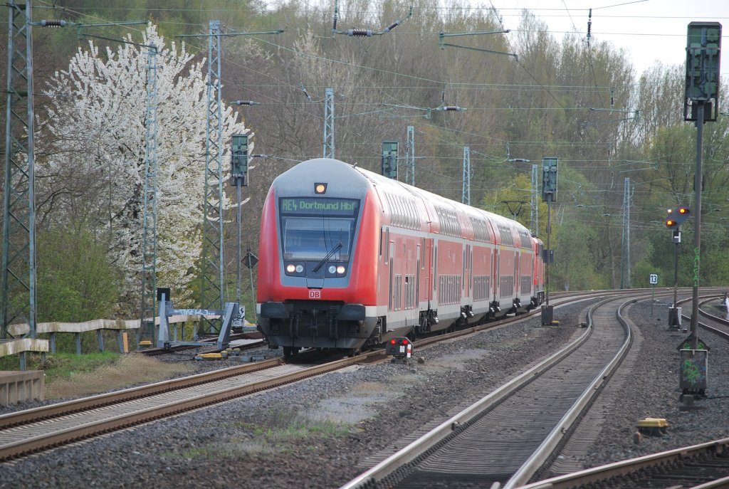 Double-deck carriages pushed past Kohlscheid by BR 111 (RE 4 Aachen-Dortmund): 18 April 2012.