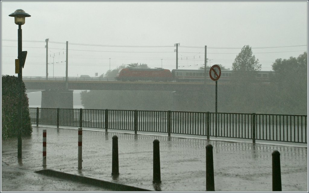 During a short but heavy shower runs a DB 101 wit his IC over the Mosel Bridge. 