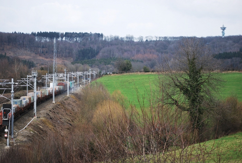 Freight train approaching the German border and the Botzelaer tunnel in Gemmenich (March 2009).