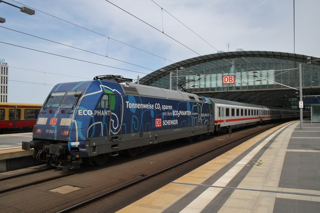 Here 101 042-0 with IC142 from Berlin Ostbahnhof to Schiphol Ariport. Berlin central station, 26.5.2012.