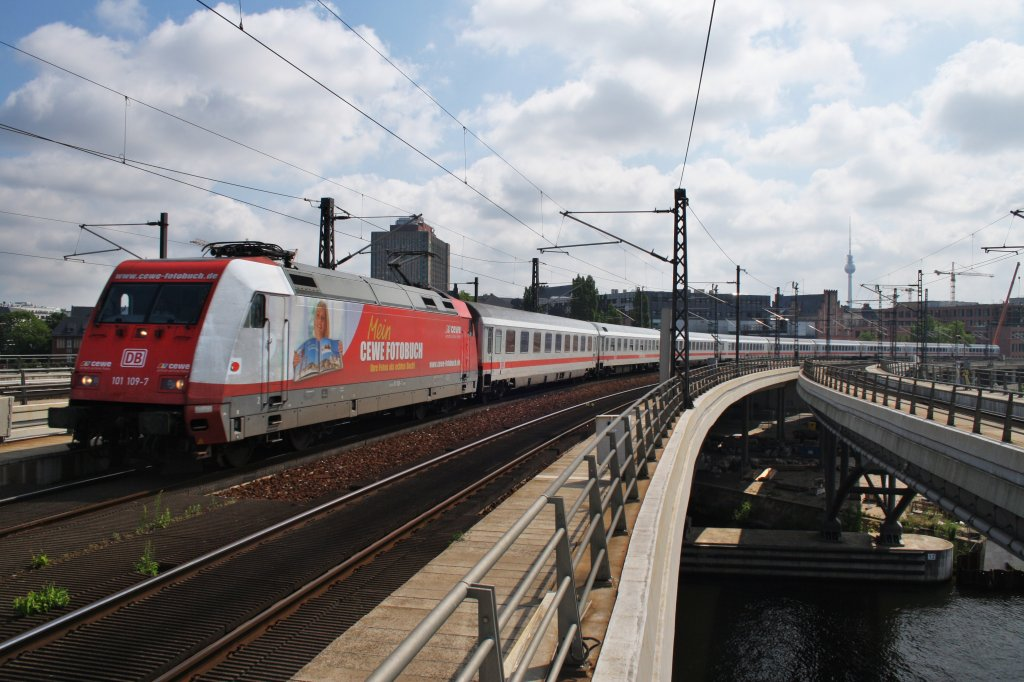 Here 101 109-7 with IC146 from Berlin Ostbahnhof to Schiphol Airport. Berlin central station, 4.7.2012.