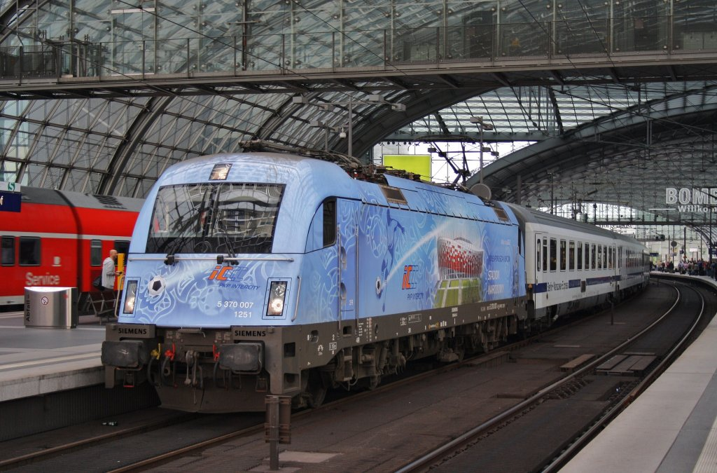 Here 5 370 007 with EC43 from Berlin central station to Warszawa Wschodnia. Berlin central station, 16.6.2012.